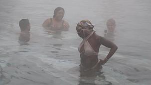 Denizli'de turistler soğuya rağmen kaplıca suyu keyfi yaptı